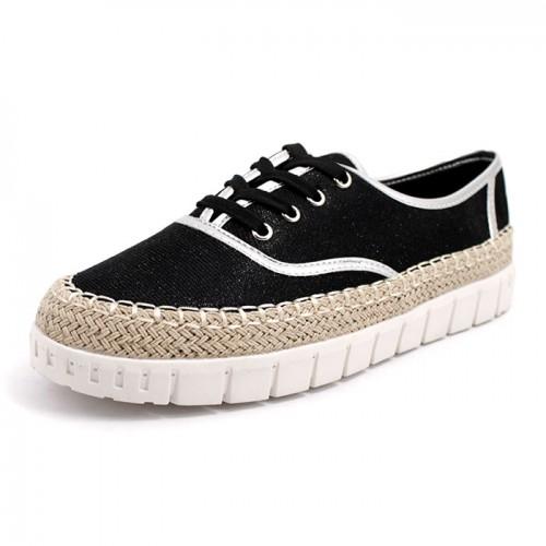 131CH Дамски обувки в черно със сребристи кантове.